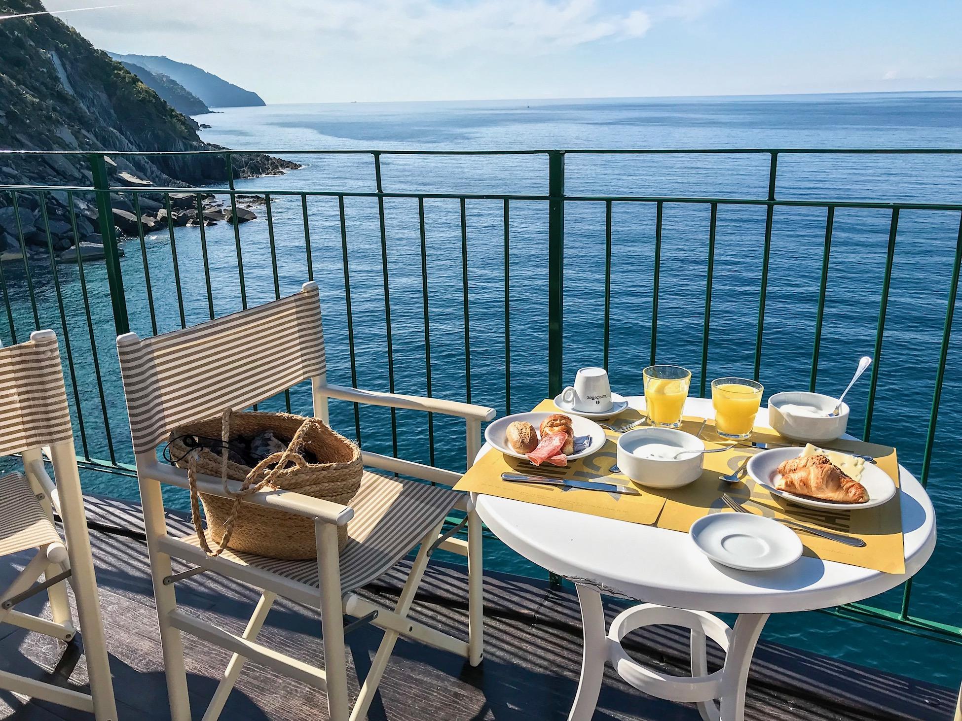 Zo wordt het ontbijt geserveerd op het terras, met fenomenaal uitzicht over zee.